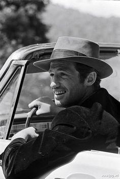 Жан-Поль Бельмондо́ (фр. Jean-Paul Belmondo; 9 апреля 1933 года, Нёйи-сюр-Сен, Франция) — французский актёр театра и кино, славу которому принесла роль аморального поклонника Хамфри Богарта в манифесте французской «новой волны» — фильме «На последнем дыхании» (1959). В первых своих картинах он создал образ молодого бунтаря с неотразимой улыбкой и стал одним из любимых актеров европейской молодёжи. Чаще всего играл острохарактерные роли в комедиях и боевиках.