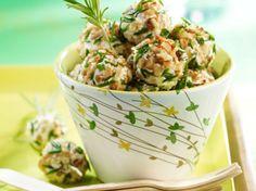 Découvrez la recette Boulettes de chèvre frais aux noix sur cuisineactuelle.fr.