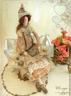 Купить или заказать Кукла в стиле Бохо: Лизет  ( коллекция Бохо Шик) в интернет-магазине на Ярмарке Мастеров. Девушка в наряде стиля Бохо коричневых, бежевых и оранжевых оттенков. Цвета очень теплые, не яркие, прекрасно сочетающиеся между собой. Девушка в единственном экземпляре, повтор не возможен. ----------------------------------- Материалы: лен, хлопок, кружево, трикотаж, замша нат., аксессуары ручной работы.