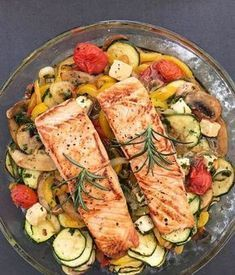 Oven-cooked vegetables with salmon; without potato or baguette side dish Low Carb ! Oven-cooked vegetables with salmon; without potato or baguette side dish Low Carb ! Healthy Chicken Recipes, Salmon Recipes, Fish Recipes, Healthy Snacks, Salmon Food, Shrimp Recipes, Salmon Dinner, Keto Chicken, Hibachi Chicken