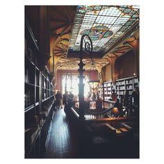 Existem lugares verdadeiramente encantados. #livrarialelloeirmao #porto