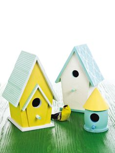 Warm weather may seem far away, but you can still brighten up your yard with these birdhouses painted with Martha Stewart Crafts Paint! #marthastewartcrafts