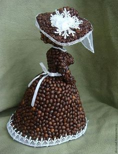 Купить или заказать Кофейная барышня в интернет-магазине на Ярмарке Мастеров. 'Кофейная барышня' - очередная кофейная статуэтка в моей серии кофейных фигур. Кофейная дама в роскошном платье, с высокой прической, в новомодной шляпке (последний писк парижской моды - непременно с белыми розами, пером на широких полях и закрывающей лицо вуалью) неспешно совершает променад по проспекту... она о чем-то задумалась, слегка наклонив кофейную головку... Работа уже продана.
