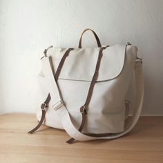 i love this rucksack. 3 ways to carry it. and it comes in cinnamon canvas with brown leather too. Estilo Navajo, Diy Sac Pochette, My Bags, Purses And Bags, Fashion Bags, Mens Fashion, Diy Fashion, Leather Backpack, Rucksack Backpack