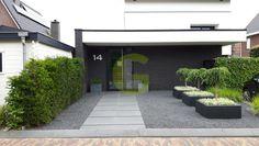 Foto: Drie polyester plantenbakken van 100x100x40 cm in kleur antraciet-zwart (ral 7021). Geplaatst door Green-lab op Welke.nl Hot Tub Patio, House Front, Backyard, House Design, Landscape, Outdoor Decor, Jenny Rose, 5 Months, Perennials