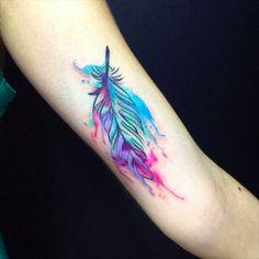 Linda e colorida tattoo para mulher.