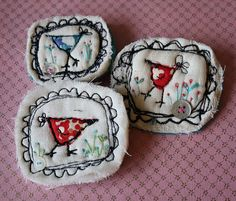 3 little brooches Free Motion Embroidery, Hand Embroidery Patterns, Machine Embroidery, Textile Jewelry, Fabric Jewelry, Textiles, Shabby Chic Embroidery, Linen Stitch, Fabric Brooch