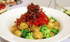 Δείτε τη συνταγή για μία ξεχωριστή ζεστή πατατοσαλάτα για το Χριστουγεννιάτικο τραπέζι σας!