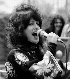 Grace sings White Rabbit during a Central Park Jefferson Starship concert