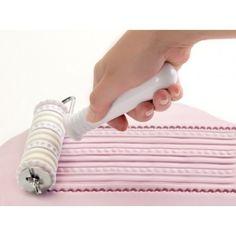 Compre rolo cortador e de textura para pasta americana online. http://www.mixefesta.com.br/acessorios-para-confeitaria/cortadores-ejetores-confeitaria/rolo-cortador-marcador-para-pasta-americana-26-pecas/