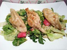 Auch das Abendessen von Björn kann sich allemal sehen lassen: Kartoffel-Piroggen mit Sauerkraut auf einem Rucola-Radieschen-Eisberg-Salat-Mix mit Tahini-Dressing. Klingt herrlich!