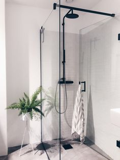 This kind of photo can be a very inspiring and extremely good idea Black Tile Bathrooms, Dream Bathrooms, Amazing Bathrooms, Modern Bathroom, White Bathroom, Laundry In Bathroom, Bathroom Renos, Bathroom Fixtures, Bathroom Interior