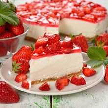 One of the most nostalgic strawberry desserts is strawberry icebox pie. What a great way to showcase summer berries at their peak of sweetness. Strawberry Cheesecake Cake, Strawberry Desserts, Cheesecake Recipes, Pecan Recipes, Baking Recipes, German Chocolate Cheesecake, German Baking, Icebox Pie, Healthy Chocolate