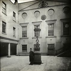 Forgotten London: Apothecaries' Hall Quadrangle, ca 1920 Vintage London, Old London, London City, 1920 London, Nyc, London Drawing, St Brides, Cow Shed, London Architecture