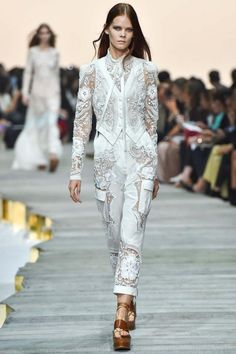 Italian fashion designer Roberto Cavalli presented his new spring/summer 2015 collection at Milan fashion week spring He found inspiration for this White Fashion, Look Fashion, Runway Fashion, Fashion Show, Milan Fashion, Fashion Spring, Roberto Cavalli, Outfits In Weiss, Josephine Le Tutour