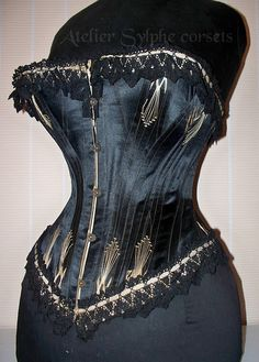 I'm not usually that interested in black corsets, but the flossing on this piece makes it beautiful.