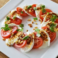 """Lunchtip: Salade Caprese [Lunchtip: Caprese Salad]"" -- Recipe is in Dutch, but machine-translates well. I'm really liking the concept of adding toasted pine nuts to the more typical basic ingredients! Healthy Snacks, Healthy Eating, Healthy Recipes, Free Recipes, Salade Caprese, Tomato Caprese, Tomate Mozzarella, Mozzarella Sticks, Xmas Food"