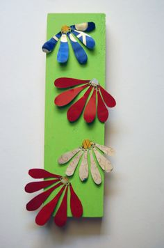 Items similar to Handmade Colorful Recycled Tin Flowers on Painted Wood Block on Etsy Tin Can Art, Soda Can Art, Tin Art, Aluminum Can Crafts, Metal Crafts, Aluminum Cans, Recycled Art Projects, Recycled Crafts, Craft Projects