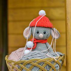 Amigurumi mouse pattern Tutorial Amigurumi, Amigurumi Doll Pattern, Crochet Cat Pattern, Crochet Patterns Amigurumi, Free Pattern, Crochet Santa, Crochet Mouse, Free Crochet, Crochet Hook Sizes