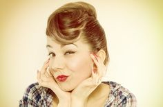 Vintage updos are a go-to for formal occasions or the days when you just want to spice up your casual hairstyles. Looking to the past for new ideas won't leave you empty-handed. We've got twenty elegant updos for you to try out, all inspired by c Coque Vintage, Pelo Vintage, Vintage Updo, Retro Updo, 1950s Hairstyles, Casual Hairstyles, Vintage Hairstyles, Cabelo Pin Up, Peinados Pin Up