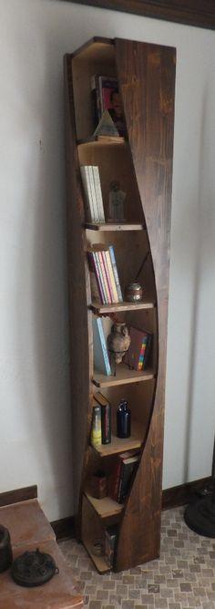 Dalgalı tasarımı, orijinal ahşaptan sağlam yapısı ve şık görüntüsü ile uzun yıllar severek kullanabileceğiniz çok hoş bir kitaplık. #kitaplık #ahşapkitaplık #dekorasyon