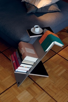 amazing sidetable/library. That has got to be super easy to make