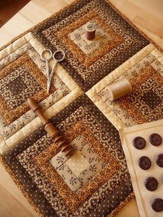 Patchwork Herbstfarben, A New Way to Battle Fatigue About of adults exper Log Cabin Quilts, Édredons Cabin Log, Log Cabins, Log Cabin Patchwork, Mini Quilts, Small Quilts, Quilt Block Patterns, Pattern Blocks, Quilt Blocks