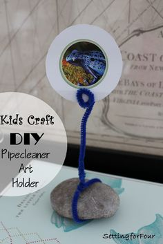 Keep the kids busy with the easy DIY Pipecleaner Photo/Art Holder  using fun stickers or photos! #kids #craft