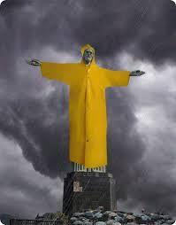 Resultado de imagem para cristo redentor na chuva