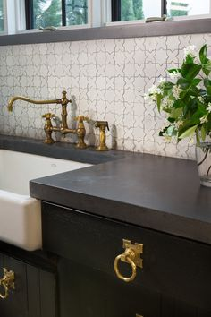 Kitchen Faucets Ideas Alys Beach kitchen detail, black counters paired with brass hardware and Moroccan tile backsplash. Classic Kitchen, New Kitchen, Kitchen Decor, Space Kitchen, Moroccan Tile Backsplash, Kitchen Backsplash, Backsplash Ideas, Concrete Counter Tops Kitchen, Backsplash Marble