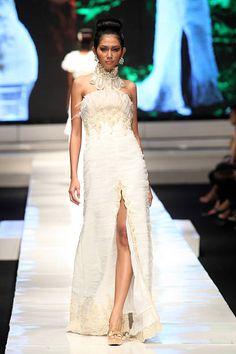 Malli esittelee malleja kiitotiellä Valentino Napitupulu osana IPMI Näytä 4 päivänä viisi Jakarta muotiviikoilla 2009 Fashion Teltta ...