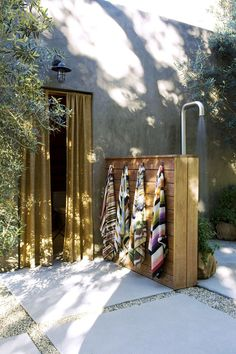 32 beautiful DIY outdoor shower ideas: creative designs & plans on how to build easy garden shower enclosures with best budget friendly kits & fixtures! – A Piece of Rainbow outdoor projects, backyard, landscaping, Outdoor Baths, Outdoor Bathrooms, Outdoor Fun, Outdoor Spaces, Outdoor Kitchens, Outside Showers, Outdoor Showers, Lavabo Exterior, Daybed Outdoor