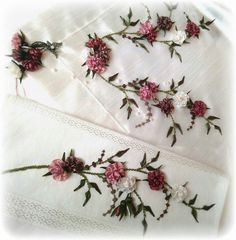 This Pin was discovered by Sem Hand Embroidery Stitches, Silk Ribbon Embroidery, Hand Embroidery Designs, Floral Embroidery, Embroidery Patterns, Diy Ribbon Flowers, Ribbon Work, Fabric Flowers, Japanese Embroidery
