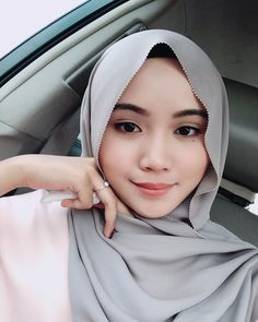 Felicia Kerns's media content and analytics Beautiful Muslim Women, Beautiful Hijab, Girl Hijab, Hijab Outfit, Video Hijab, Muslim Beauty, Indonesian Girls, Pashmina Scarf, Niqab