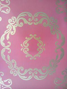 Behang, roze achtergrond met goud kleurig medaillon