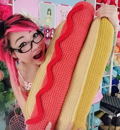 Free crochet pattern for giant hot dog pillow by Twinkie Chan