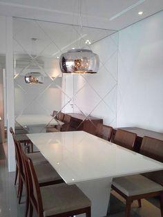 Nesta sala, para dar amplitude, claridade e elegância, foram instalados espelhos na diagonal, bisotados.