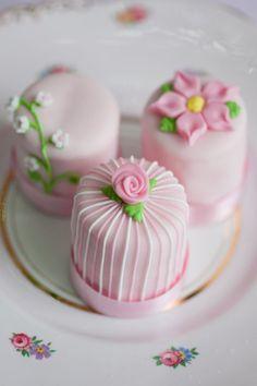 rosa Petit Fours mit verschiedenen Verzierungen für die Hochzeitsfeier © Kathrin Hester Cupcakes, Cake Truffles, Cupcake Cookies, Petit Fors, Cheesecake Wedding Cake, Spring Cake, Gingerbread Cake, Just Cakes, Cake Decorating Techniques