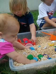 Using Cheerios as a sensory play bin. Sensory bins are a fantastic way to engage and entertain toddlers and preschoolers. Here are 30 of our favorite sensory bins from around the web. Toddler Learning Activities, Games For Toddlers, Baby Learning, Infant Activities, Activities For Kids, 5 Month Old Baby Activities, Learning Games, Baby Sensory Play, Baby Play