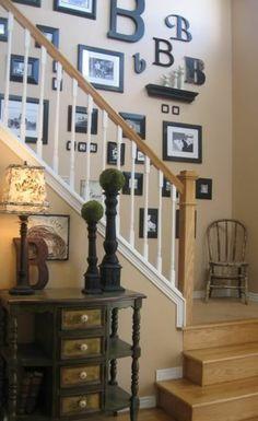Bilderwand  mit Initialen im Treppenhaus