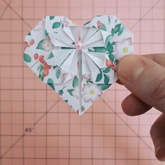 coração Corazón con pétalos - Origami ¿Querés aprender a hacer este corazón de origami? Te invito a sumarte a mis clases en vivo! Origami And Kirigami, Origami Ball, Paper Crafts Origami, Diy Paper, Heart Origami, Origami Gifts, Fun Origami, Diy Arts And Crafts, Creative Crafts