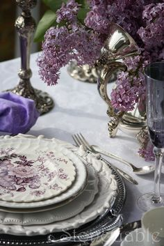 Lovely mixing of plates, purple transferware What a lilac dreamy table Dresser La Table, Boho Home, Beautiful Table Settings, All Things Purple, Deco Table, Decoration Table, Shades Of Purple, Dusty Purple, Purple Love