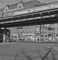 vor dem s bahnhof sch nhauser allee 1988 berlin 1945. Black Bedroom Furniture Sets. Home Design Ideas