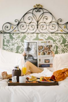 A picture-perfect morning: breakfast in bed and the Sunday newspaper. A relaxing morning in bed. Easy Like Sunday Morning, Good Morning Sunshine, Sunday Brunch, Lazy Sunday, Lazy Days, Saturday Morning, Tostadas, Relax, Breakfast In Bed