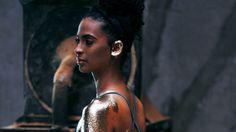 """Héloa, em foto do ensaio de capa do CD """"Eu"""": voz quente (Crédito: Larissa Bione)"""