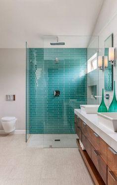 Badezimmer mit Duschkabine Wand in türkis Farbe blaue und grüne Akzente