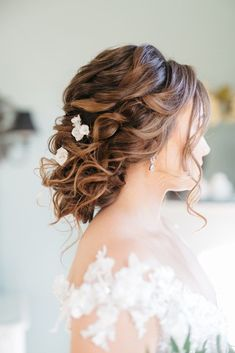 Magical Intimate Southern Wedding Under The Oak Trees – Pure Luxe Bride – Lydia Ruth Photography 22 Half Up Wedding Hair, Wedding Hairstyles For Medium Hair, Vintage Wedding Hair, Wedding Hair And Makeup, Vintage Bridal, Bride Hairstyles, Vintage Hairstyles, Floral Crown Wedding, Floral Crowns