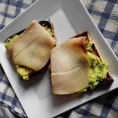 #pranzo veloce: #crostini  con #avocado e #pescespada. Sono ripetitiva, lo so... ma nei giorni in cui non ho tempo di pranzare è la scelta più sana e veloce.  #laforchettasullatlante #foodporn#tropical #fish #healthy