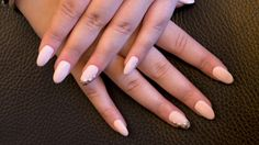 Schlicht, aber total angesagt – Nägel in Mandelform!  #jolifin #nails #nailart #