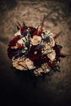 Indoor fall wedding; burgundy wedding; burgundy astilbe; blue thistle; burgundy dahlias; quicksand roses; wax flower Lisa Foster Floral Design www.lisafosterdesign.com #BurgundyWeddingIdeas #weddingideas